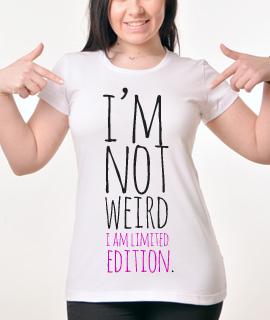 Zenska Rules majica sa natpisom I am not weird I am - Proizvod